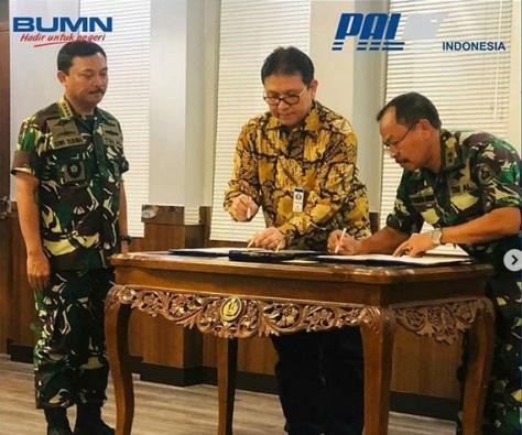 Direktur Utama PT PAL Indonesia (Persero) Budiman Saleh menandatangani perjanjian kerjasama dengan Asisten Personel Kepala Staf TNI Angkatan Laut Laksaman Muda TNI Nyoman Mandra