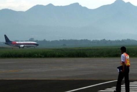 Sebuah pesawat komersil mendarat di Bandara Abdul Rachman Saleh, Malang , Jawa Timur. (Republika)