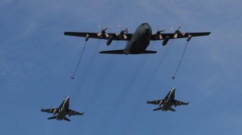 F-18 milik AS tengah mengisi bahan bakar dari pesawat militer tanker C-130. (flickr)