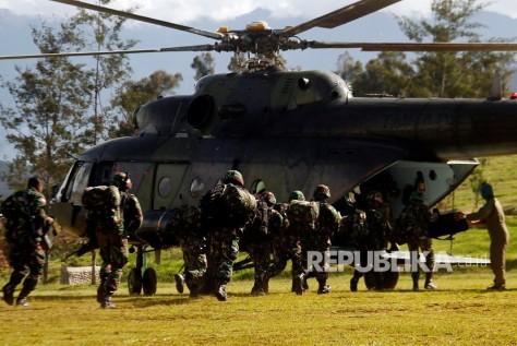 Mi-17 Prajurit TNI bersiap menaiki helikopter menuju Nduga di Wamena, Papua, Rabu (0512). (Antara) 1