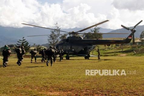 Mi-17 Prajurit TNI bersiap menaiki helikopter menuju Nduga di Wamena, Papua, Rabu (0512). (Antara) 2