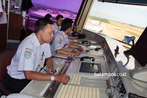 Petugas ATC di Bandara hang Nadim