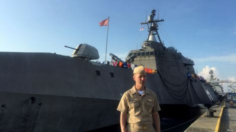 Kepala Operasional Angkatan Laut AS Laksamana John Richardson berpose setelah berbicara dengan wartawan di dermaga USS Coronado, kapal tempur litoral, di Pangkalan Laut Changi di Singapura, 16 Mei 2017. (Reuters).jpg