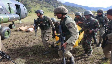 pasukan gabungan tni polri mengevakuasi satu jenazah korban penembakan kkb di kabupaten nduga, papua, minggu (09122018). (i news)