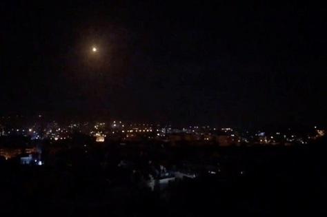 pemandangan pertempuran misil di langit damaskus saat militer suriah merespons serangan udara israel. reuters