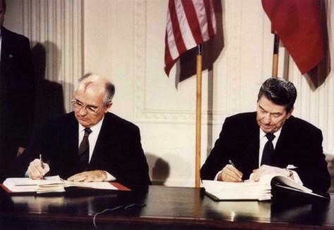 pemimpin uni soviet mikhail gorbachev dan presiden as, ronald reagan saat penandatanganan perjanjian inf, 8 desember 1987. (reuters)