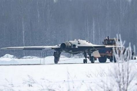 penampakan okhotnik-b, drone siluman rusia, di landasan pacu bersalju di siberia. (express.co.uk)