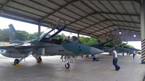 pesawat tempur t-50 gold eagle yang melakukan operasi lintas panah dan jelajah medan saat tiba di apron lanud el tari kupang pada jumad (25012019). pos kupang