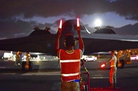 petugas angkatan udara amerika serikat saat memberi instruksi untuk awak pesawat pembom b-2 spirit. (us air force)