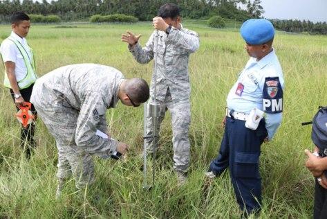 prajurit tni au dan us pacaf ketika mengecek salah satu lokasi, untuk dijadikan tempat latihan tempur april mendatang. (penerangan lanudsri)