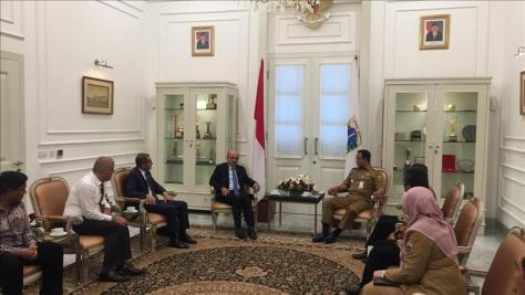 presiden komite organisasi luar negeri musiad ibrahim uyar (keempat dari kiri) dan delegasi bertemu dengan gubernur dki jakarta anies baswedan