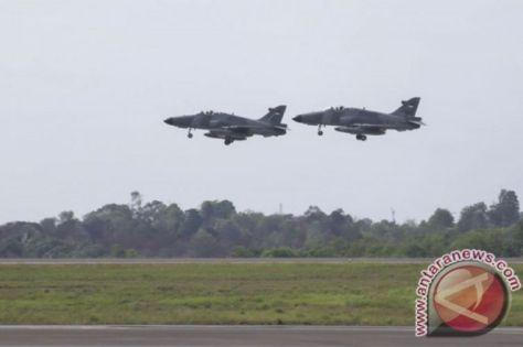 Dua jet tempur jenis Hawk 109 209 Skuadron Udara I terbang rendah untuk melaksanakan patroli di Bandara Hang Nadim, Batam, Kepulauan Riau. (ANTARA)