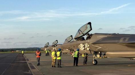 F-35B milik Angkatan Udara Inggris, yang dikirim dari Marine Corps Air Station Beaufort di Amerika Serikat menuju pangkalan baru RAF Marham, Inggris, 6 Juni 2018. (Reuters)
