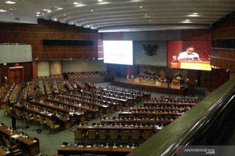 Menteri Pertahanan Ryamizad Ryacudu mewakili Presiden RI menyampaikan pendapat pemerintah terkait disetujuinya RUU Kerjasama Indonesia - Belarus