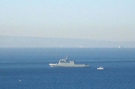 Sebuah kapal patroli Spanyol dikejar sebuah kapal kecil Angkatan Laut Inggris dari pantai Gibraltar pada Selasa. (05022019)