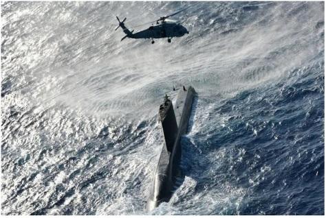 Sebuah kapal selam dan helikopter militer Turki saat bermanuver. IG Turkish Armed Forces