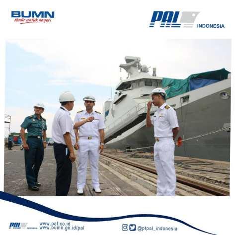 Angkatan Laut Malaysia Kunjungi Fasilitas PT PAL dengan background KRI REM - 331