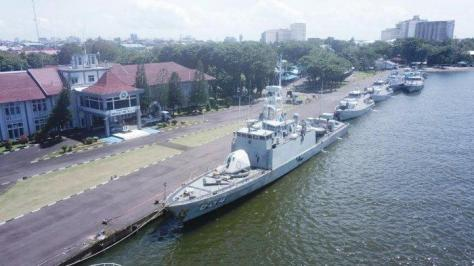 Dua Kapal Perang RI (KRI) dan tujuh Kapal Angkatan Laut (KAL), bersandar di Dermaga Layang Mako Lantamal VI, Selasa (19032019). (Handover)
