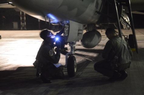 F-16 Fighting Falcon dan T-50i Golden Eagle melaksanakan take off dan landing di Bandara Adi Soemarmo, Solo. (Istimewa) 1