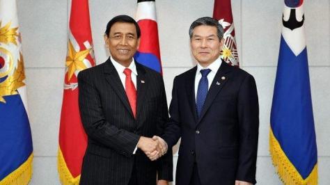 Jend. TNI. Purn. Wiranto bersalaman dengan Menteri Pertahanan Korea Selatan (Menhan Korsel), Mr. Jeong Kyeong-Doo . (Istimewa)