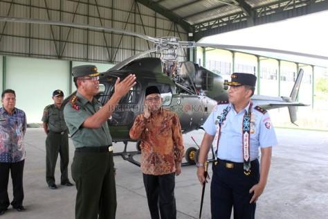 Pangkoops Angkatan Udara II, Marsekal Muda TNI, Henri Alfiandi (kanan) saat meninjau Bandara Kalimarau didampingi Bupati Berau Muharram (tengah), Kamis (2802).