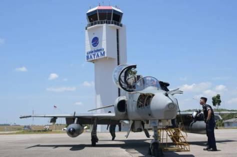 Pesawat tempur 100 200 mendarat di Bandara Hang Nadim Batam, Kepulauan Riau (Kepri), Senin 18 Maret 2019. Dispentak Lanud RHF