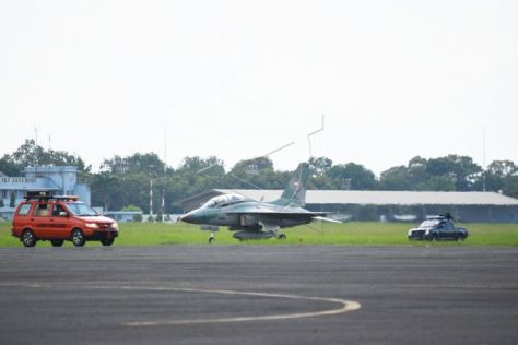 Pilot TNI AU mendaratkan pesawat tempur T-50i Golden Eagle di atas landasan saat mengikuti latihan bersandi Elang Gesit 2019 di Lanud Iswahjudi, Magetan, Jawa Timur, Selasa (19032019). (Antara)