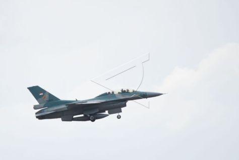Pilot TNI AU menerbangkan pesawat tempur F-16 Fighting Falcon di atas landasan saat mengikuti latihan bersandi Elang Gesit 2019 di Lanud Iswahjudi, Magetan, Jawa Timur, Selasa (19032019). (Antara)