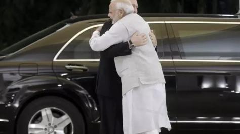 Presiden Vladimir Putin berpelukan dengan Perdana Menteri Narendra Modi dalam kunjungan Rusia selama dua hari di India (AP - Mikail Metzel)