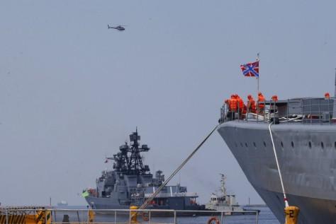 Kapal penghancur Rusia Admiral Tributs (kanan) dan kapal Vinogradov (belakang). (AP Photo)
