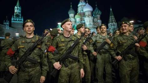 Tentara Rusia berada di Lapangan Merah saat gladi bersih jelang Parade militer Hari Kemenangan pada 3 Mei 2018. (AP)