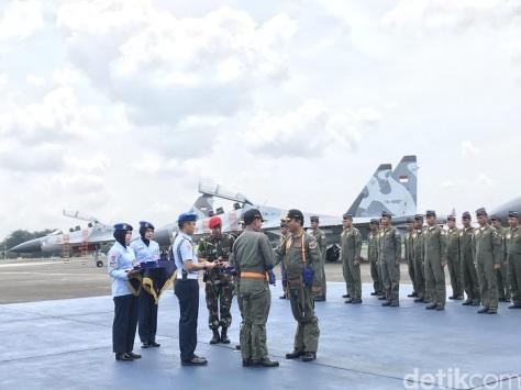Tiga kepala staf TNI dan pilot berpose dengan latar Sukhoi Su-30 1E