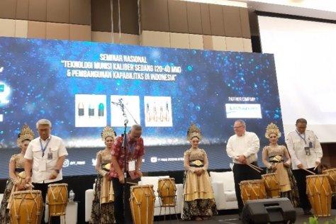 Wakil Komisaris Utama Pindad Sumardi (kedua dari kiri) membuka seminar nasional teknologi munisi kaliber sedang. (Antara)