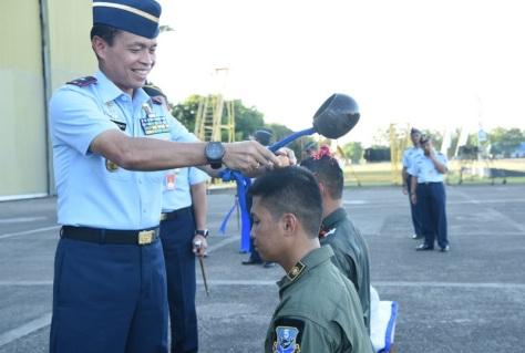 Dua Penerbang Skadron Udara 5 TNI AU Terima Brevet Intai Strategis