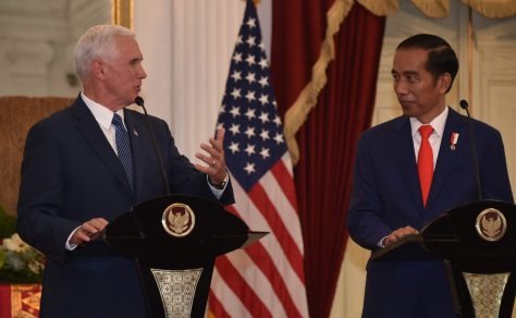Indonesian President Joko Widodo (R) and US Vice President Mike Pence at Merdeka Palace in Jakarta on April 20, 2017. AFP