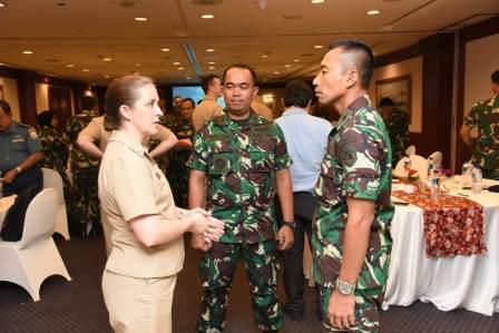 Kolonel Laut (P) Sigit Santoso dan dan dari US Navy Capt Ann Mc Cann