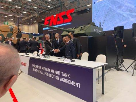 Perjanjian Produksi Massal KAPLAN MT ditandatangani di stan FNSS. (defence turkey)