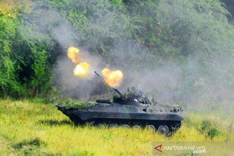 Sebuah tank Korps Marinir melakukan pendaratan ketika melaksanakan Latihan Pasukan Pendarat 2019 2