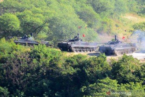 Sebuah tank Korps Marinir melakukan pendaratan ketika melaksanakan Latihan Pasukan Pendarat 2019 3