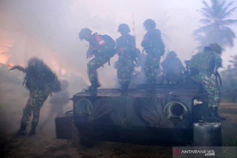 Sebuah tank Korps Marinir melakukan pendaratan ketika melaksanakan Latihan Pasukan Pendarat 2019