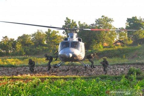Sejumlah prajurit Korps Marinir melakukan penyerbuan ketika melaksanakan Latihan Pasukan Pendarat 2019 1