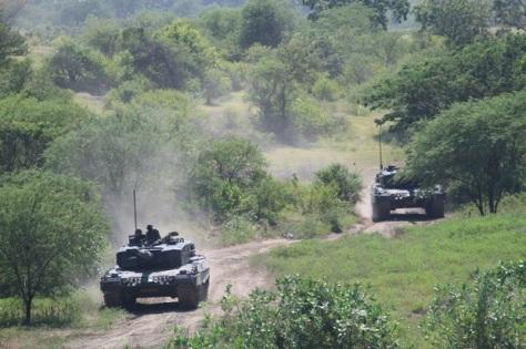 Tank Leopard dari Yonkav 8 Divif 2 melakukan latihan di Asembagus 1