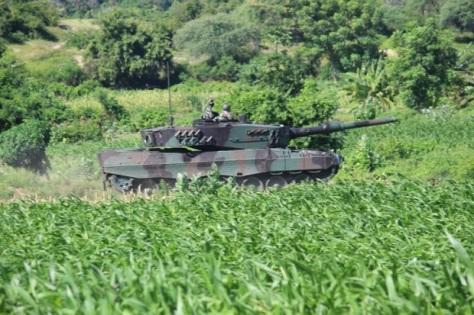 Tank Leopard dari Yonkav 8 Divif 2 melakukan latihan di Asembagus 2