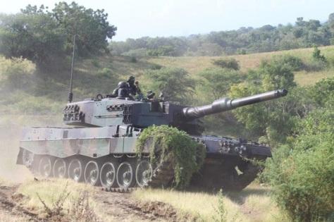 Tank Leopard dari Yonkav 8 Divif 2 melakukan latihan di Asembagus
