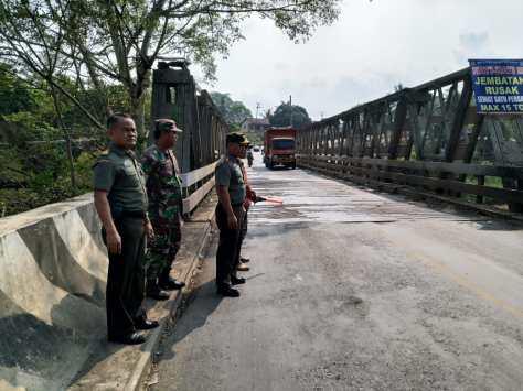 Dandim 0427 WK Letkol czi Komara melakukan peninjauan jembatan Way Umpu dan jembatan Banjarmasin Kamis. (04072019)