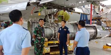 "Dankoharmatau Marsda TNI Dento Priyono meninjau pelaksanaan Cek ""D"" pesawat Boeing A 7301 di Sathar 14, Depohar 10 Bandung"