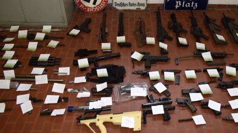 Kepolisian Turin, Italia, menampilkan barang sitaan berupa senjata dan memorabilia Nazi. (EPA) 1