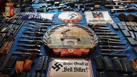 Kepolisian Turin, Italia, menampilkan barang sitaan berupa senjata dan memorabilia Nazi. (EPA)
