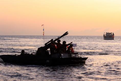 Pasukan TNI AL Korps Marinir melakukan pendaratan di Pantai Banongan, Situbondo, Jawa Timur, Sabtu (13072019)