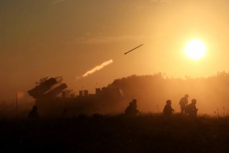 Pasukan TNI AL Korps Marinir melakukan penembakan menggunakan RM-70 di Pantai Banongan, Situbondo, Jawa Timur, Sabtu (13072019)